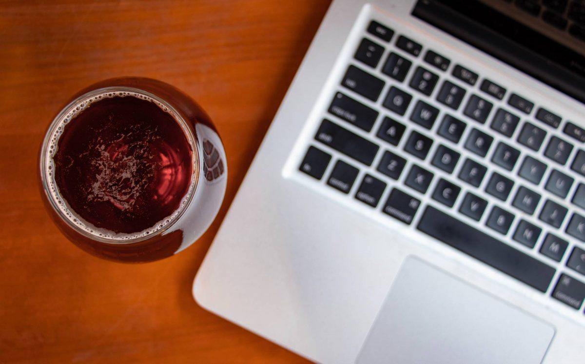 Virtuelle Weihnachtsfeier mit einer Weinprobe zelebrieren